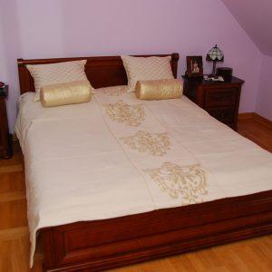 złote-nakrycie-na-łóżko