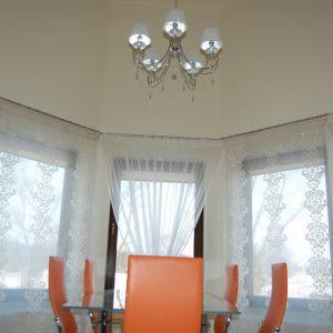 zasłony-w-okrągłym-salonie